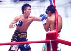 井上尚弥(左)が10戦10勝無敗、2度目の防衛に成功した