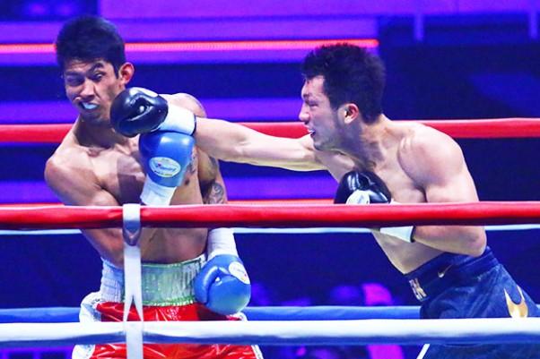 見事なKO勝ちで世界前哨戦を飾った村田(右)