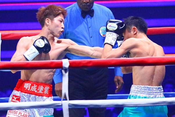 TKO勝ちで4度目の防衛に成功した井上(左)