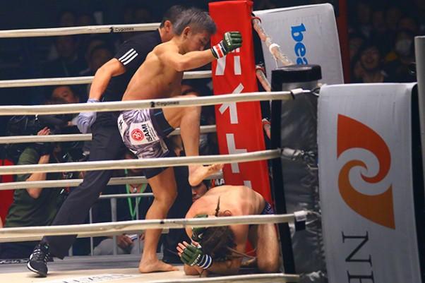 RIZIN初勝利をあげた才賀(左)