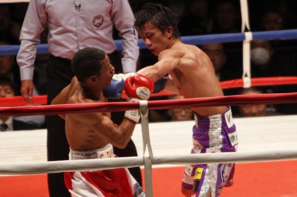 田口(右)が判定勝ちで5度目のタイトル防衛に成功