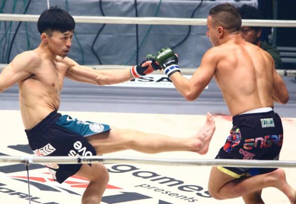 和田(左)が主導権を握り続け判定勝ち