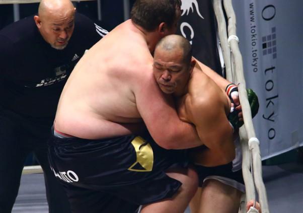 元大相撲のバルトが圧倒的な体重差で高坂をコーナーに圧し潰す