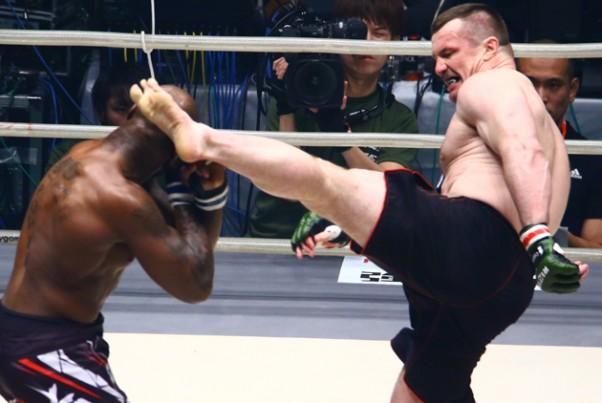キング・モー(左)に逆転KO勝ちしたミルコ(右)が準決勝進出