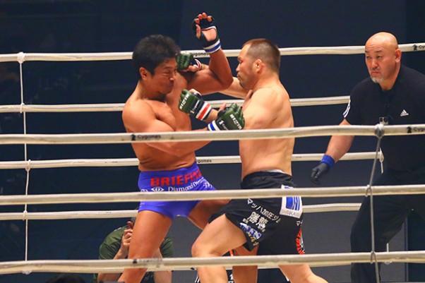 坂田(左)にTKO勝利したマッハ(右)