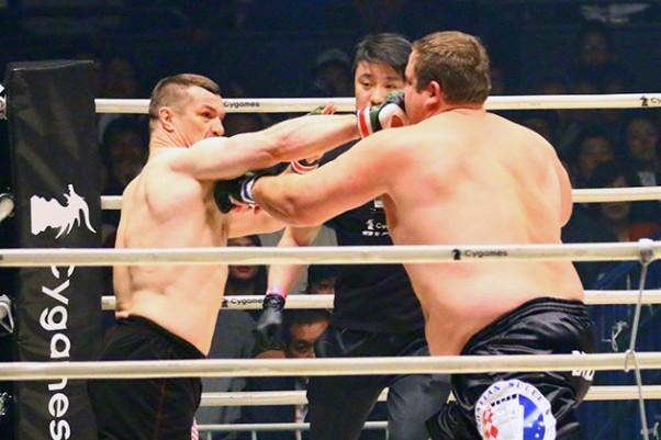 バルト(右)にKO勝ちし決勝戦へ進出したミルコ'(左)