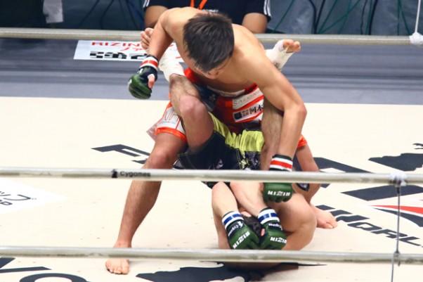 那須川(上)がMMAデビュー戦でTKO勝ち