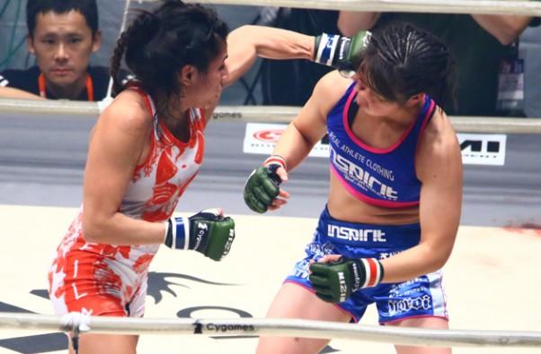 女子高生ファイター浅倉(右)にガルシアが判定勝ち