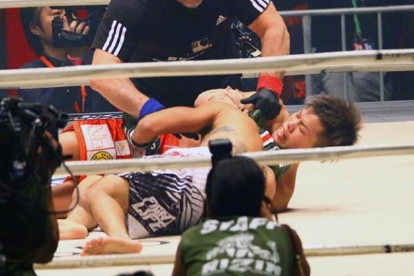 アームトライアングルチョークで一本勝ちした那須川(右)