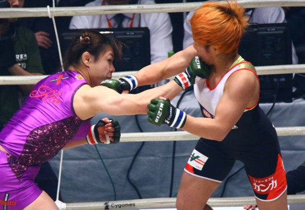 RIZINに待望の初参戦を果たした中井(左)が村田(右)に一本勝ち