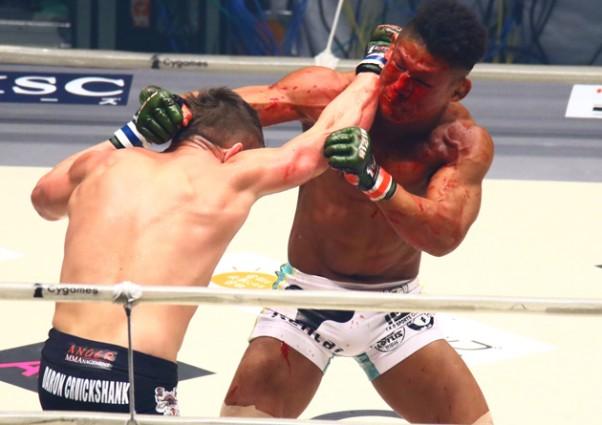 元UFCファイター・クルックシャンク(左)に北岡(右)が一本勝ち