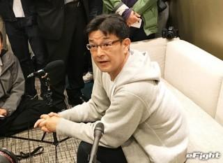 帰国後、空港で会見に応じた榊原委員長