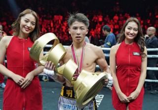 井上尚弥が優勝し手にしているモハメド・アリ・トロフィーがその後ドネアのもとに Photo=Naoki Fukuda